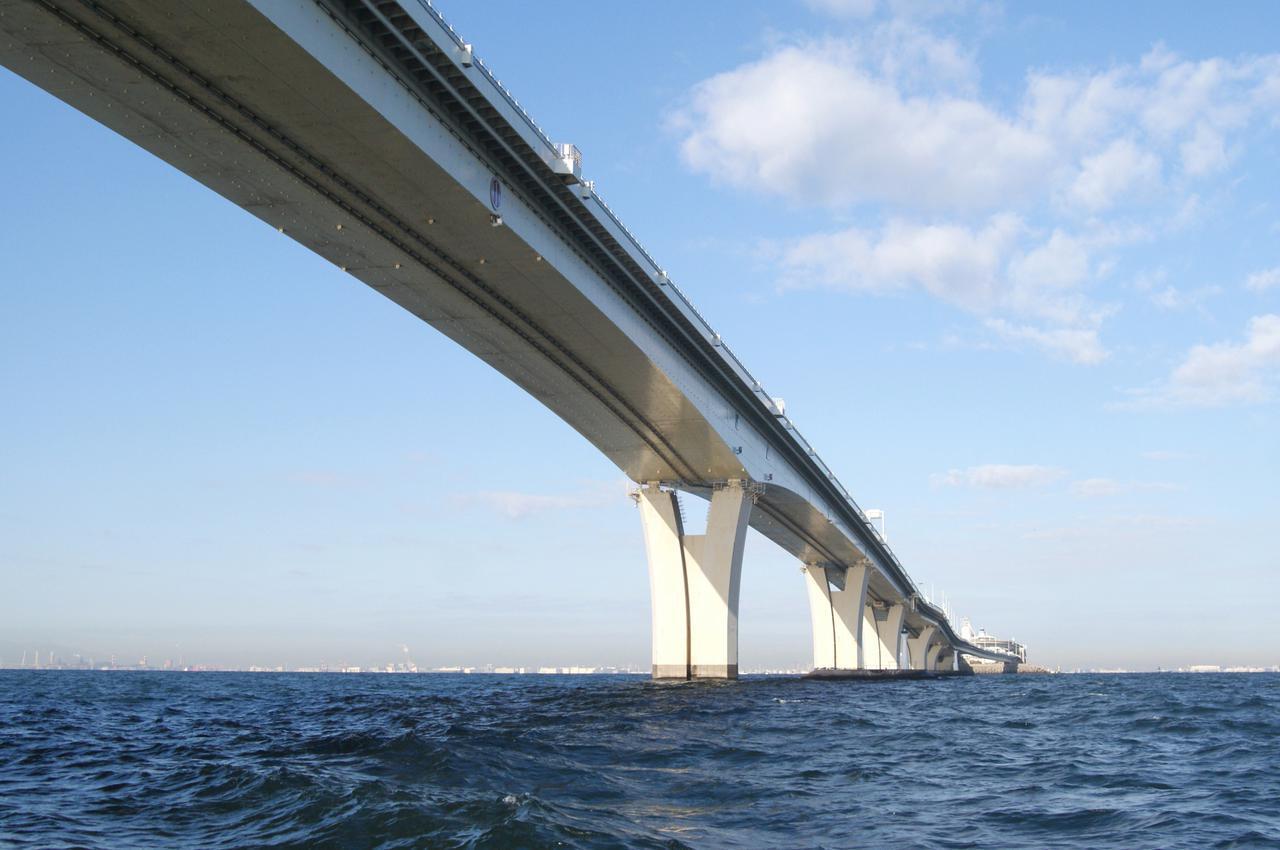 画像: 東京湾アクアラインは通行料の高さで話題となった時期もあるが、現在はETC割引で普通車は800円となっている。