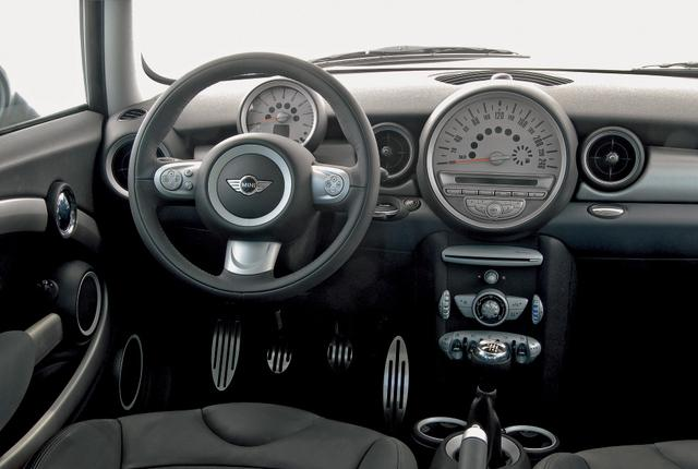 画像: MINI クーパーS。スタイリングの変更は最小限にとどめられているが、インテリアは大きく変わっている。センタースピードメーターが大型化され、ドライバーの正面にはタコメーターのみが配置される。
