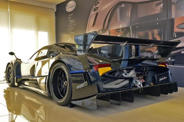 画像: 巨大なウイングとディフューザーで、リアビューはレーシングカーそのもの。4本出しのエキゾーストエンドは、パガーニのアイデンティティだ。