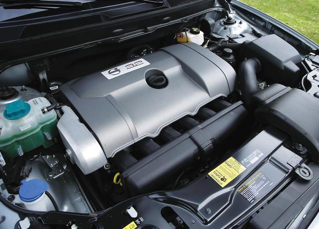 画像: 従来の直5エンジンとほとんど同寸法(3mm長いだけ)の自然吸気3.2L直6エンジンは今後のボルボの主力パワーユニットとなる。乗用車用の直6はBMWとボルボのみとなった。