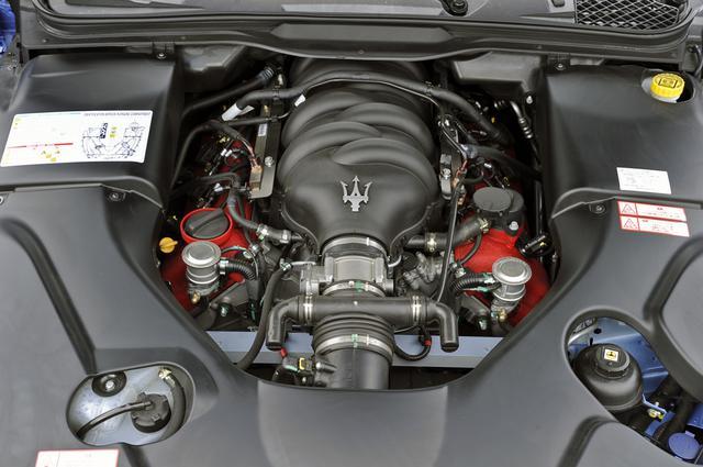 画像: シンメトリーが美しい4.7Lの90度V8 DOHCのサウンドは官能的。ミッションは6速AMT。
