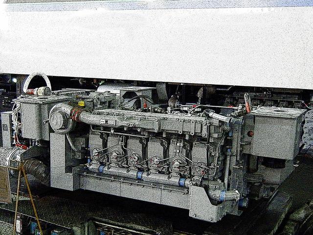 画像: N-DMF11HZ系エンジン。先代キハ281系から搭載された新世代ディーゼルエンジンで、現在はコマツが製造する。1車両の床下に2機ずつ搭載され、編成の両数ぶん動力車が存在する電車型のパワーユニット。