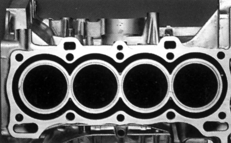 画像: シリンダーを連結してエンジンの全長を短縮したサイアミーズシリンダー(写真はZCのもの)。ボア径の拡大は難しい。