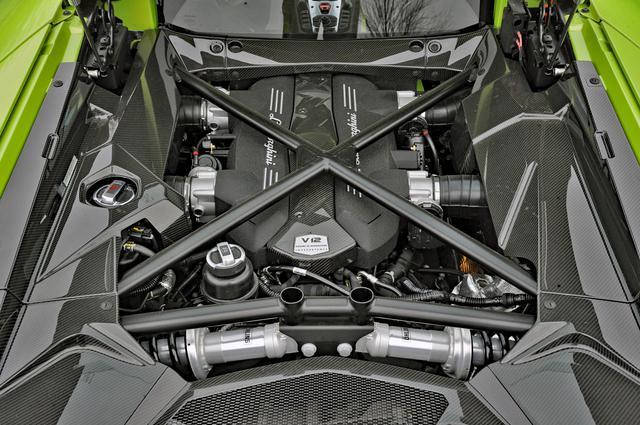 画像: 700psと690Nmを発生する新開発の6.5L V12 DOHCのサウンドは迫力満点だが、かつてのスーパーカーほど荒々しいものではない。