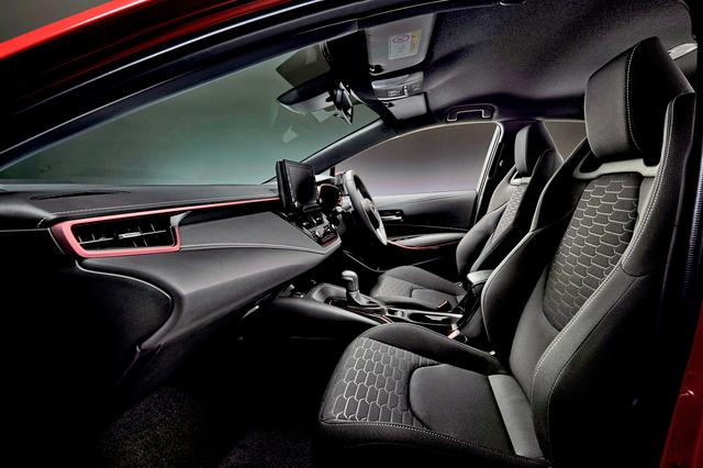 画像: ホールド性を高めて表皮を撥水加工した上級ファブリックスポーツシートを採用。