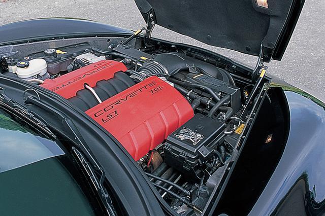 画像: 最高出力511ps、最大トルク637Nmを誇る7L V8 OHVエンジンをフロントに搭載。コンロッドやインテークバルブはチタニウム製。エキゾーストバルブは大径化されている。