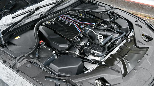 画像: M社独自のクロスバンクフロー配置のV8ツインターボエンジン。最高出力625ps/最大トルク750Nm。