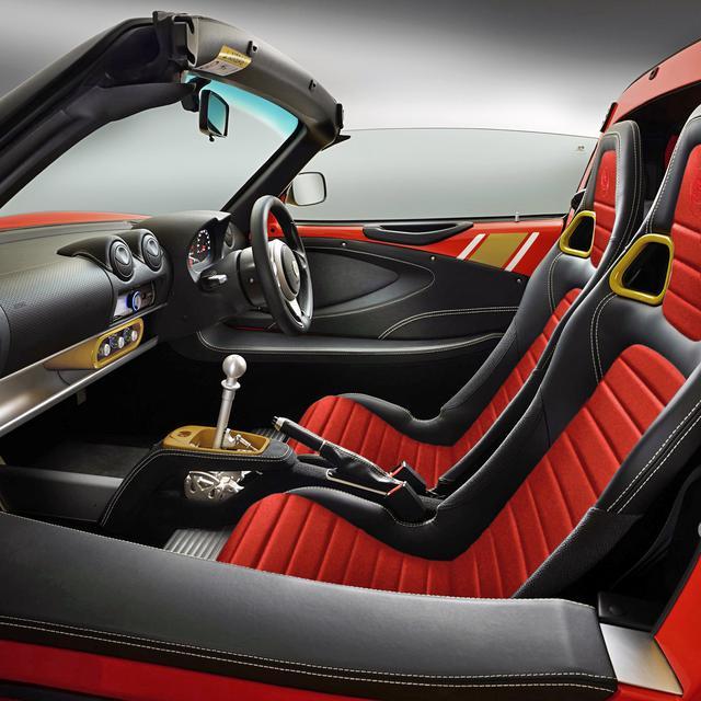 画像: レッド/ホワイト/ゴールドのボディカラー車のインテリア。