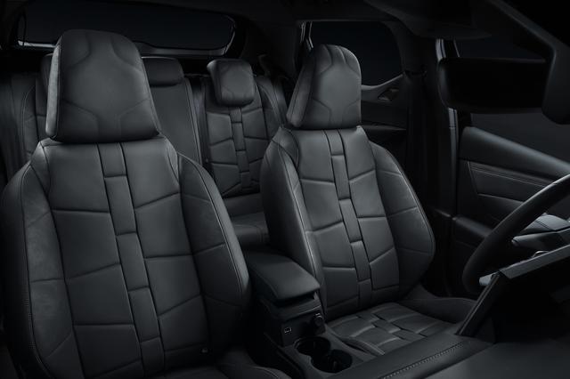 画像: ウォッチストラップデザインのナッパレザーシート(運転席電動調整)。