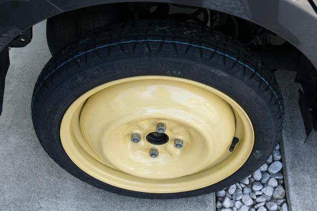 画像: 最近搭載しているモデルが減っているテンパータイヤ。こちらの最高速は100km/hに設定されていることが多い。ただこれもクルマによって異なるので、取扱説明書を見ておいた方がいいだろう。