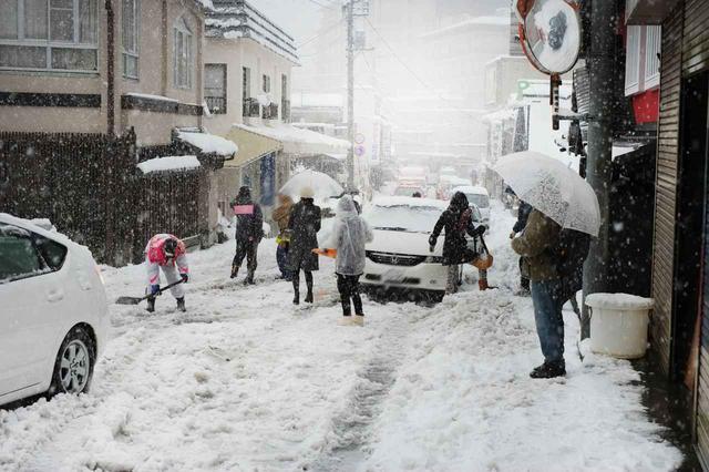 画像: 突然の大雪などもロードサービスの出番ともいえるが、ここでもJAFと自動車保険付帯ロードサービスの対応が微妙に違ってくる。