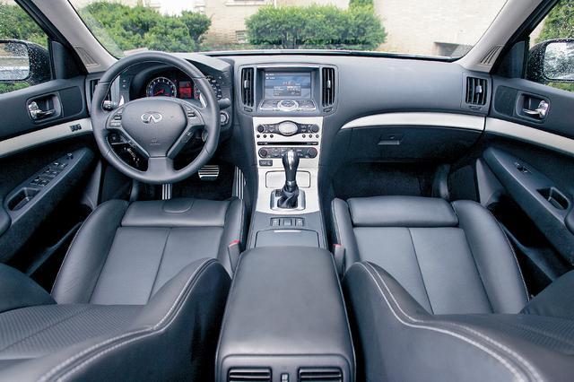 画像: ラウンドしたトリムで運転席と助手席をセパレートして、乗員を包み込むようなデザインとしたインテリア。