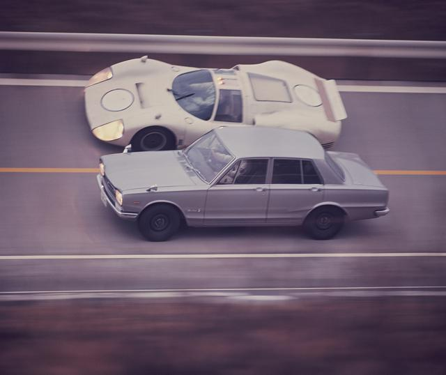 画像: 初代スカイラインGTーR発売時の広告スチール。R380AーIIIとバンクを疾走するハコスカGT-Rの記念碑的シーンだ。