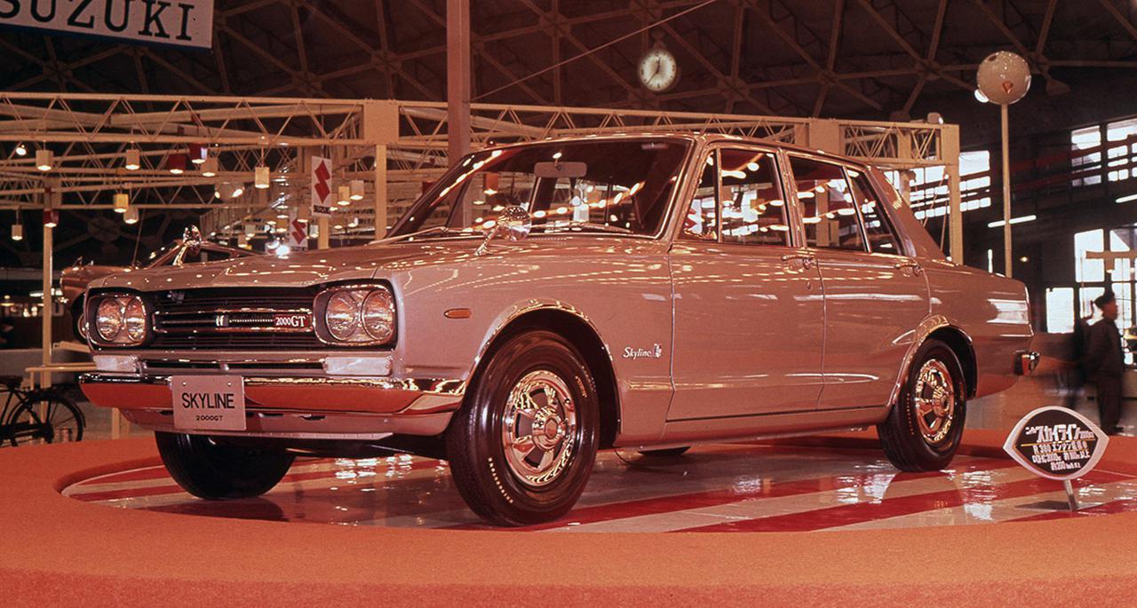 画像: 1968年10月に開催された東京モーターショーで披露されたPGC10型スカイラインGT-Rのプロトタイプ。車名は「スカイライン2000GTレーシング」、「R380用エンジン搭載車」と勇ましい文字が躍り、レース参戦を前提に販売される特別なクルマであることがアピールされた。