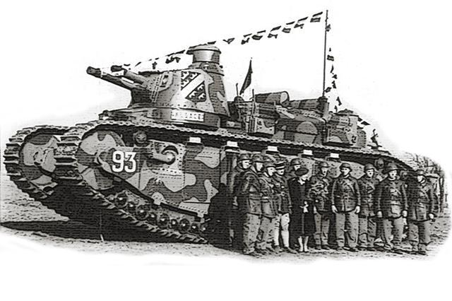 画像: 1921年頃に完成した、フランスのシャール2C重戦車。車体長12m、重量69トンは、WW2のタイガーⅡ(車体長 約7.4m、全幅 約3.8m、重量 約69.7トン、出力 約690hp)や現代の主力戦車を上回り、2砲塔に12名が乗り組む怪物で多砲塔戦車の原典となる。動力はガソリンエンジン発電のモーター駆動だが、極めて非力で鈍足だった。