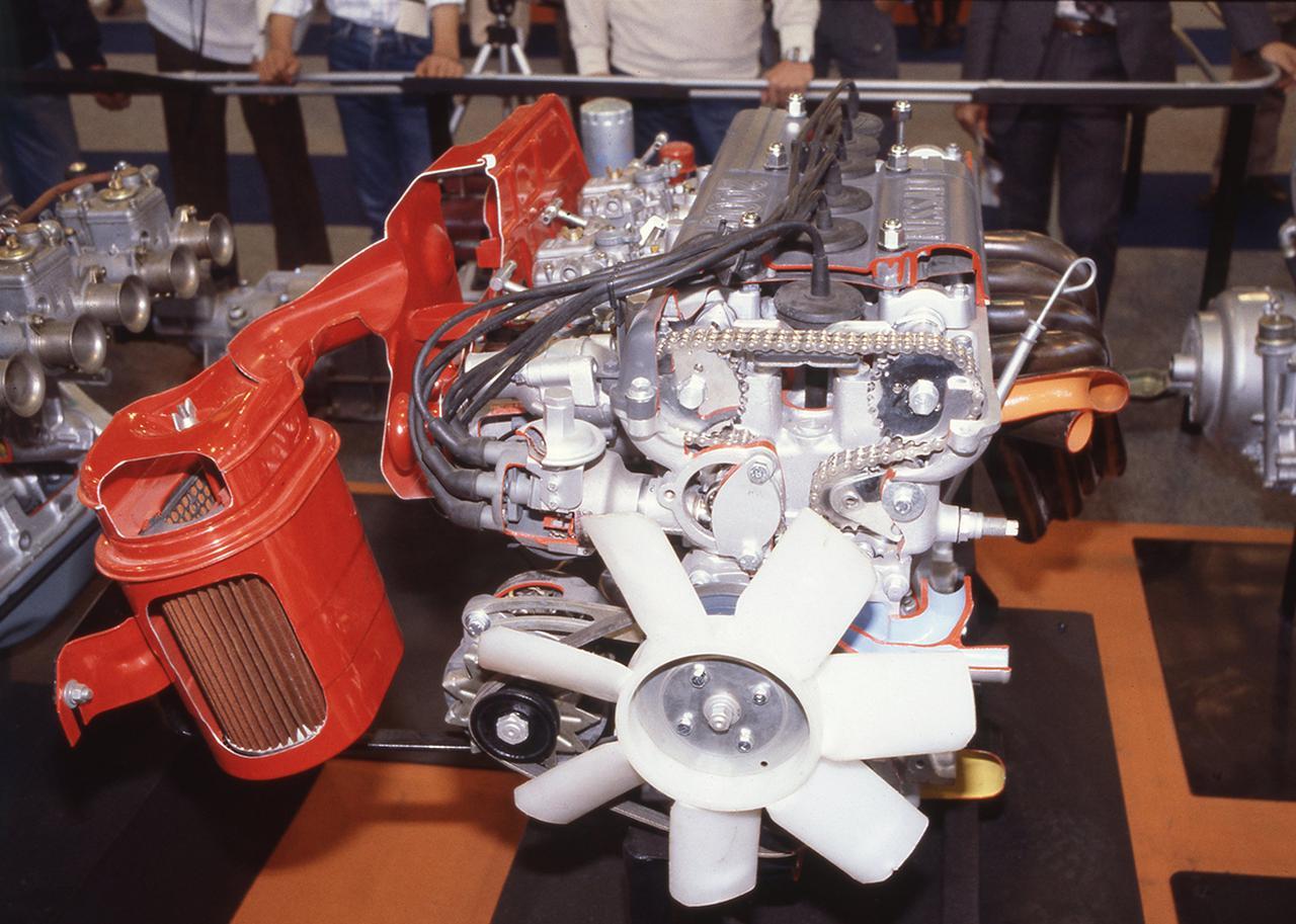 画像: カムシャフトはクランクプーリーからアイドラーギアを介してチェーン駆動された。騒音低減と高回転域での確実なバルブ駆動を両立するためである。