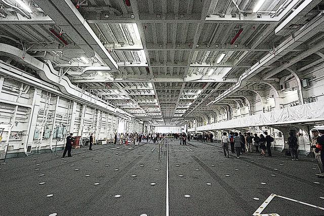 画像: 「かが」の広大なハンガー/格納庫。飛行甲板下から3層ブチ抜き。「加賀」では考えれれなかった巨大空間は、この下層だけで収まるコンパクトで高出力なガスタービンエンジンのお陰だ。