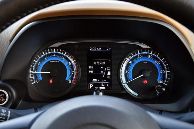 画像: eKクロスのメーター。センター部分のディスプレイには運転支援システムの情報も表示される。