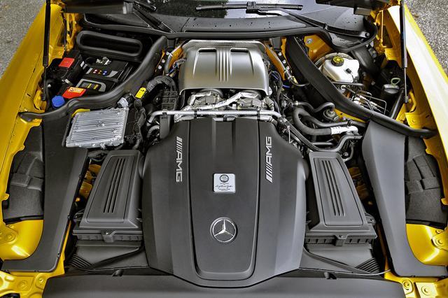 画像: V8ツインターボのエンジン本体は、黒いカバーの奥にフロントミッドシップ搭載。最高速度は310km/h、0→100km/h加速は3.8秒と謳われている。