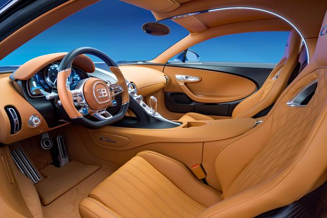 画像: インテリアの雰囲気はドイツやイタリアのスーパースポーツカーとは異なり、明るくきらびやか。シートはヘッドレスト一体型のセミバケットタイプ。