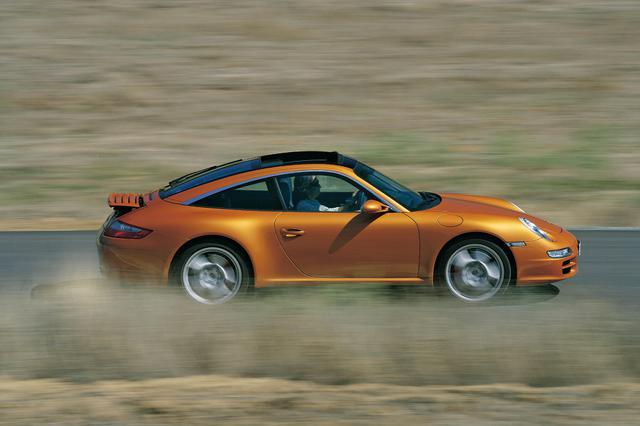画像: 2006年に登場したポルシェ 911タルガ。ガラス製テールゲートと開閉式ガラスルーフモジュールが特徴。独自なサイドビューには、タルガならではのエレガントさが備わる。