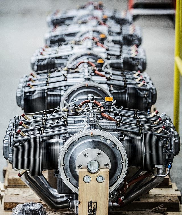 画像: 空冷・過給機なしという、現代のレシプロエンジンとしては、かなりシンプルな水平対向6気筒 OHVエンジン。小型軽量で整備性が良いのはもちろん、絶対的な信頼性がある。さらに大切なのは、全チームに同一性能のエンジンを供与するということだ。(Balazs Gardi/Red Bull Content Pool)