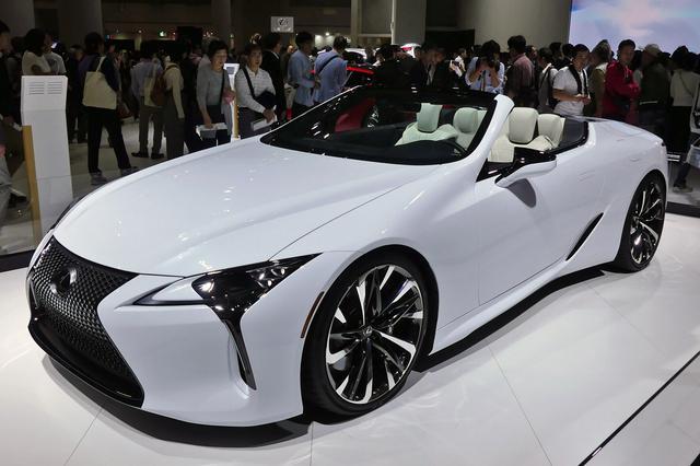 画像: 2019年の東京モーターショーに参考出品されて人気を集めた「レクサスLCコンバーチブル コンセプト」。