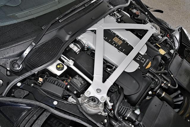 画像: バルクヘッドに食い込むようにフロントミッドシップ搭載された5.2LのV12 DOHCツインターボ。アストンマーティンとしてはダウンサイジングにあたる。