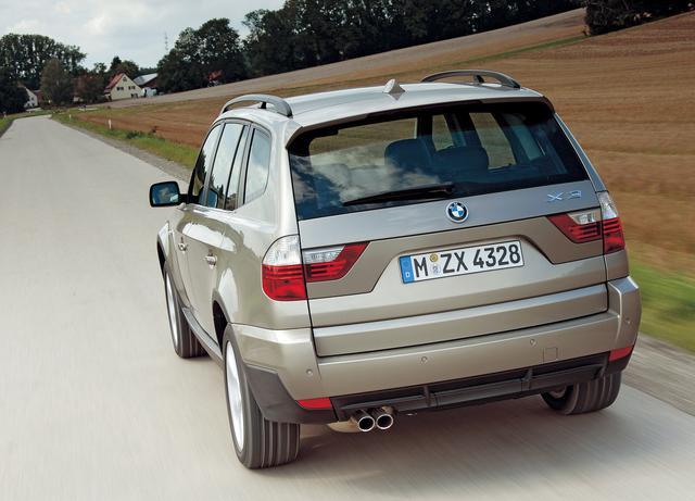 画像: 2006年にフェイスリフトを受けた2代目BMW X3。スタイリングテイストには新型X5との共通性が感じられる。リアコンビネーションランプにはLEDが採用された。