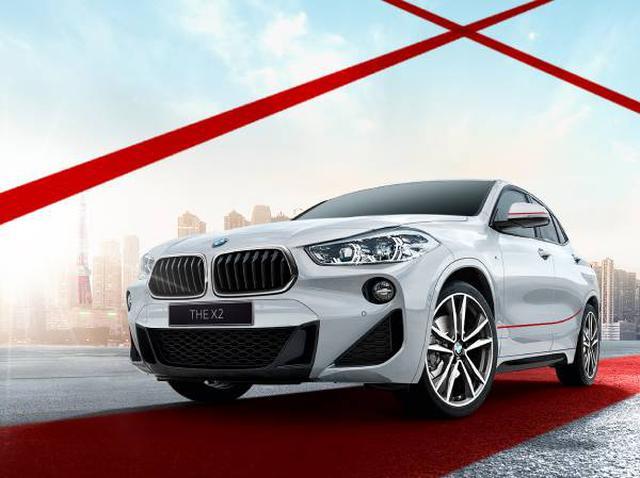 画像: BMW X2 xDrive18d M Sport エディションサンライズ。ドアミラーとボディサイドに入った鮮やかな赤いラインが、アルピンホワイトのボディに映える。