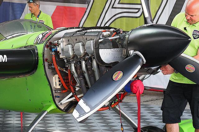 画像: エンジンは「厳正に同一仕様」の、ライカミング サンダーボルト AEIO-540-EXP。空冷 水平対向6気筒 OHV/12バルブ。排気量は約8.9L。燃料噴射式で、100オクタン価低鉛航空ガソリンを使用し、最高出力は300hp/2700rpm。スペックはチームにより多少異なる。