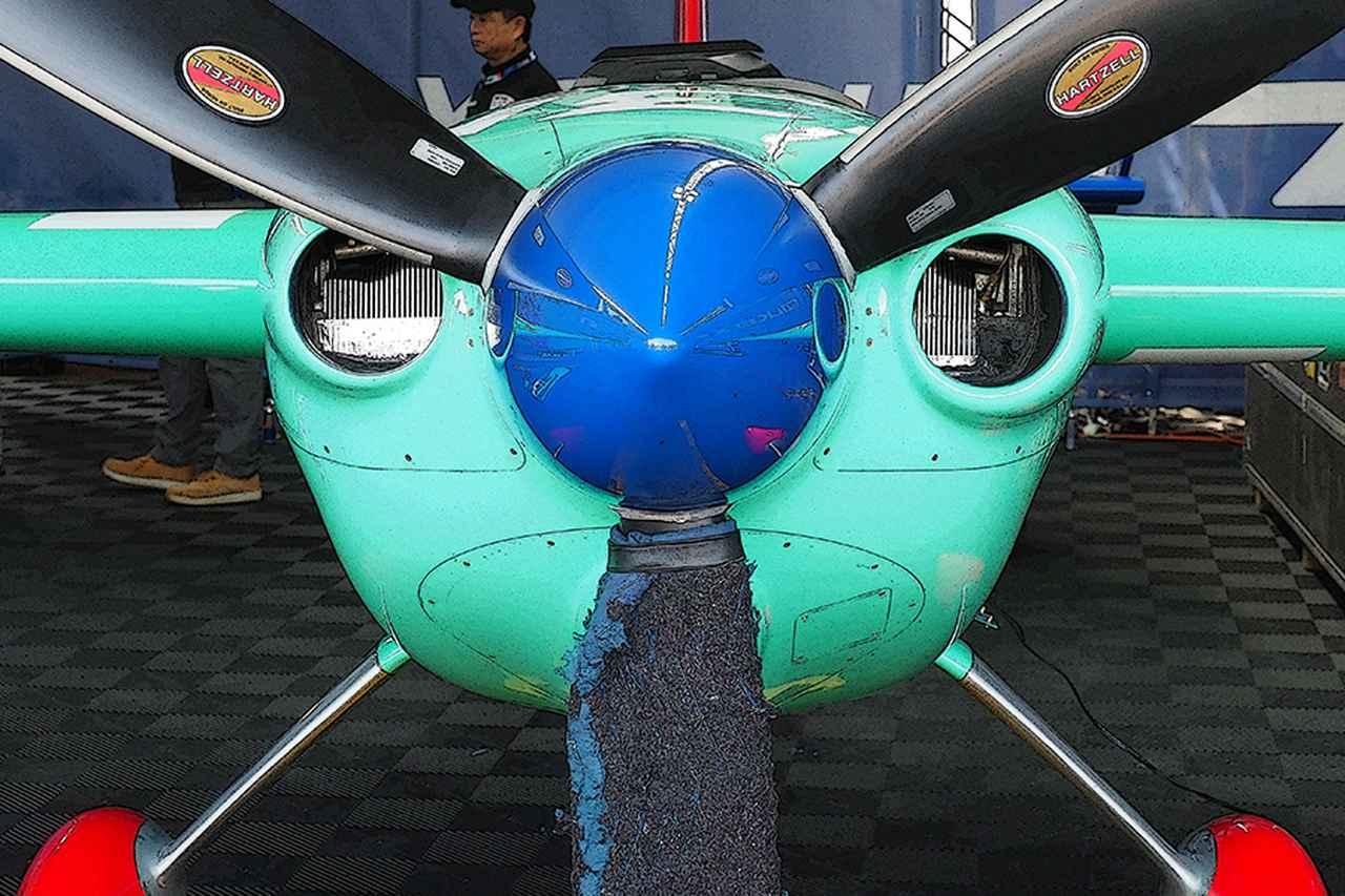 画像: 室屋機エッジ540 V3の機首。左右の丸型ダクトから、水平対向エンジンのシリンダーフィンが直視できる。下のダクトは吸気口。ダクト大きさと形状で、冷却効率、吸気効率が微妙に変化し、最速チューンが決まる。