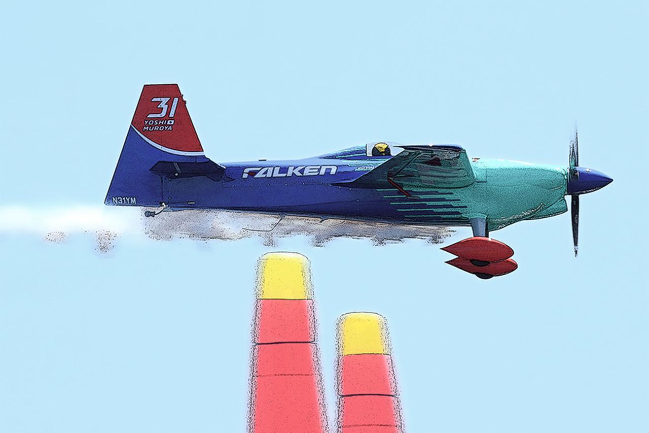 画像: ベース機の最高速は約430km/hと言われているが、スタート時は厳密に370km/h以下でなければペナルティを食らう。室屋機の大きな特徴は、操縦席を覆うキャノピーが旧日本軍戦闘機でおなじみの水滴型、今流で言うバブルトップ形状。2017年の千葉大会では主翼端のウイングレットは最小限だった。