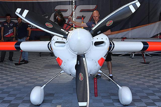 画像: 同じ540型でもV2のダクト形状は基本楕円形。プロペラはハーツェル社のC7690EXのみで「厳正なる同一仕様」。3翔固定ピッチで、カーボンコンポジット製。風切り淵にはアルミ合金が貼られている。飛行前にはピカピカ、ツルツルに磨かれている。