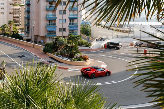 画像: モンテカルロの市街地、フェアモントヘアピンを駆け抜けるフェラーリSF90ストラダーレ。撮影はインカーカメラ、車載カメラ、コース脇のカメラなど数多くの設置され、ワンテイクで行われた。