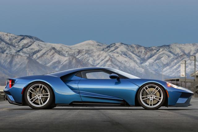 画像: 全高は1110mmと、最新世代のスーパーカーの中でも特に低い。まさに地を這うようなスタイリング。