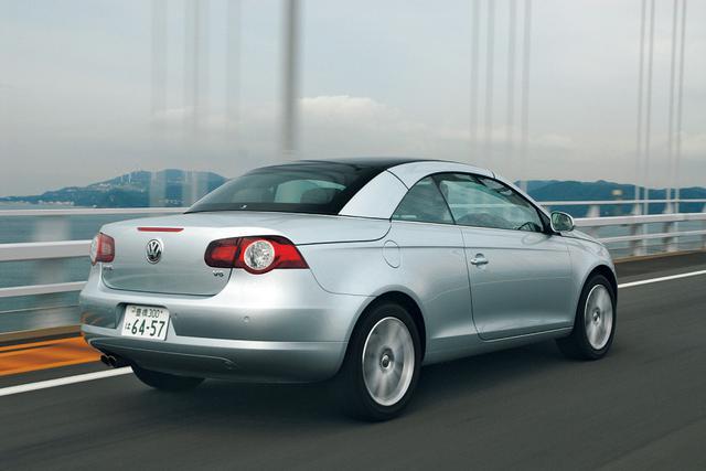 画像: 2006年秋に日本に上陸したフォルクスワーゲン イオス。「Eos」はエオスかイオスかと話題になったが、日本名は「イオス」に落ち着いた。ゴルフの派生モデルではなく、独立した車種として登場したのもポイント。