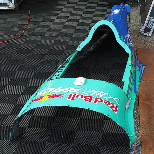 画像: 室屋機の一体型上部カバー。この大きなカーボン製カバーは、純レース機のMXS-Rに近い剛性を持つ構造体だとライバルはいう。