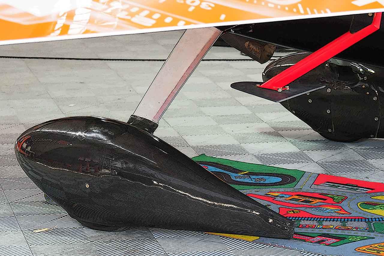 画像: 主脚のカバー。カーボン製でどのチームもエアロデザインに特徴がある。赤い棒から突き出しているのがスペードと呼ばれるパーツで、補助翼の動作を軽くする。