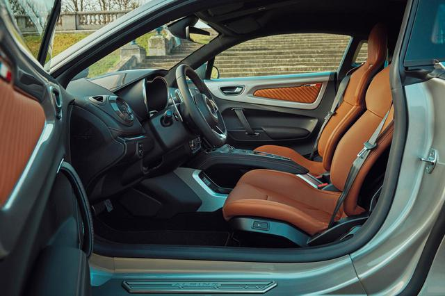 画像: アルピーヌ A110 リネージ GTは明るいブラウン系のシートやドアトリムなど、レザー表皮のパーツを採用する。