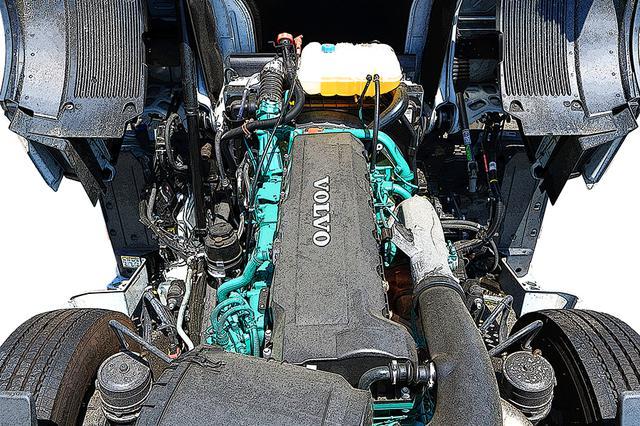 画像: キャブ直下に納まる、緑色の12.7L 直6ディーゼルエンジン。巨大なキャブは4カ所のエアサスで懸架される。画面下方、前輪の内側にエアサスが見える。
