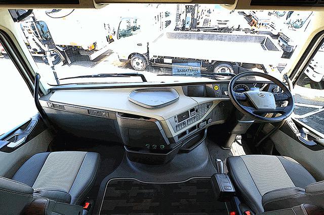 画像: 中型トラックを見下ろす視界は、2階建てバスの上階に運転席があるようだ。特筆すべきは国産車にはないフラットフロア。運転席と助手席が完全につながっている。ステアリングとシートのクリアランスも十分ある。