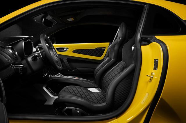 画像: 内装も黄色と黒のコントラストだが、グレーのステッチも施されている。日本仕様は右ハンドルとなる。