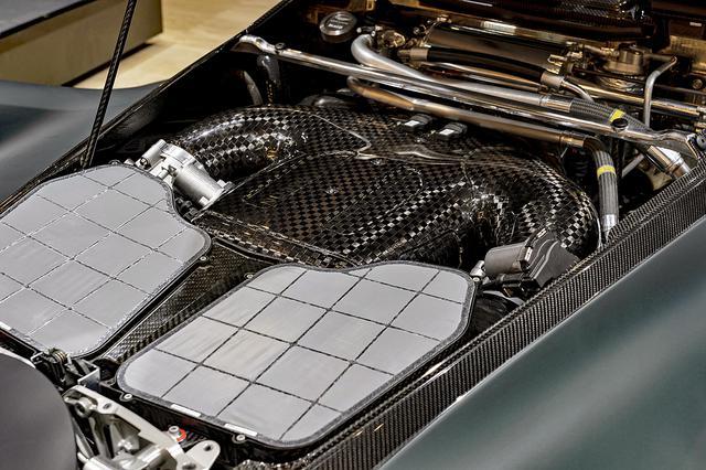 画像: コクピット背後には6.5LのV12エンジンとハイブリッドシステムが搭載され、システム全体で1176psと900Nmを発生する。