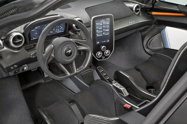 画像: インテリアは軽量化のためトリムされず、カーボンファイバーが剥き出し。DCTのセレクターはドライバーズシートと一体化されている。