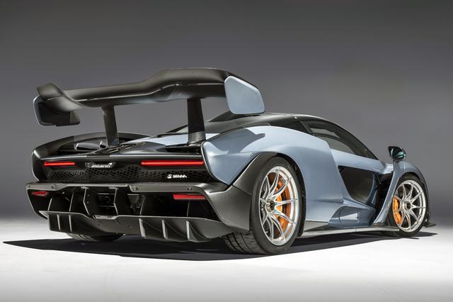 画像: 大型の可動式リアウイングやディフューザーなど、リアビューはほとんどレーシングカーそのものといった感じ。