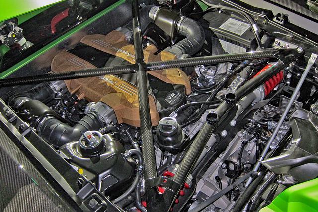 画像: 6.5LのV12 DOHCは770ps/720Nmと、歴代のランボルギーニV12エンジン搭載量産車で最強のパワースペックを誇る。