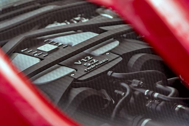 画像: 長いボンネットの下には、DB11のものよりパワーアップされた5.2LのV12ツインターボエンジンが収められている。