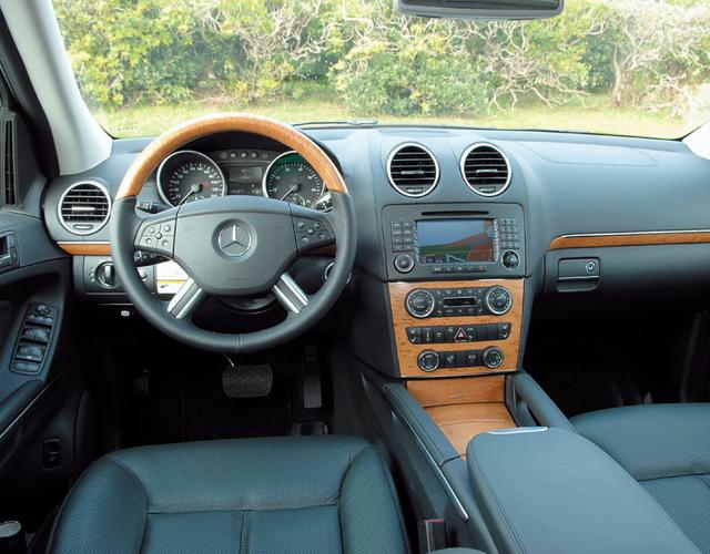 画像: 試乗車は、内装色ブラック、パネルはライトバーチウッドパネル、本革シートはナッパレザー、ルーフライナーはアルパカグレーという組み合わせ。