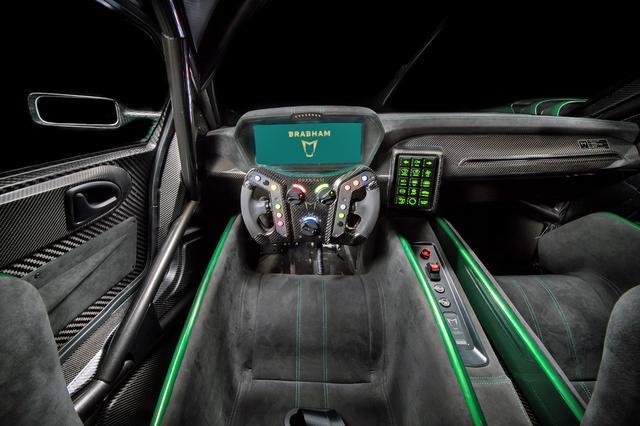 画像: メーターは全面モニター。ステアリングもレーシングカーのもののようで、センターのタッチパネルにスイッチ類が備わる。